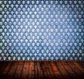 Tomt grungerum med den blåa väggen och trägolvet arkivbilder