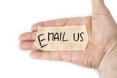Tomt gult klibbigt band på gömma i handflatan Email oss begreppet Arkivbild