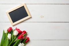 Tomt hälsa kort med tulpanblommor på den vita trätabellen Romantiskt gifta sig kort, hälsningkort för kvinna eller moderdag, bir royaltyfria bilder