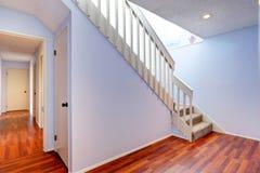 Tomt hall med ädelträgolvet och trappa Arkivfoton