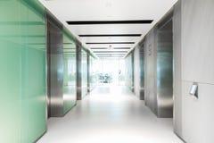 Tomt hall som har hissen av affärsbyggnad royaltyfri fotografi