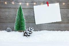 Tomt julkort med det lilla granträdet på träbakgrund arkivbilder