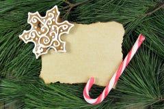 Tomt julkort på granträd med pepparkakan och godisen Arkivfoton