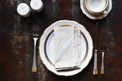 Tomt keramiskt plattor och bestick Bordsservis p? m?rk bakgrund Table inst?llningen kopiera avst?nd F?rl?jliga upp, begreppet f?r arkivfoto