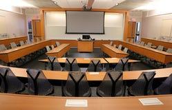 Tomt klassrum med projektorn & den tomma skärmen Royaltyfri Fotografi