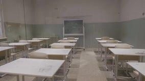 Tomt klassrum med träskrivbord-, vit- och gräsplankritabräden i skola tomt klassrum Övergett skolaklassrum stock video
