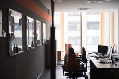 Tomt kontor med moderna datorer royaltyfri fotografi