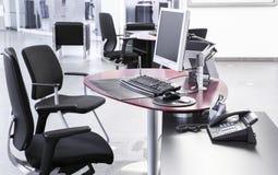 Tomt kontorslandskap med datorer för skrivbordstolar royaltyfria foton