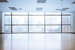 Tomt kontorsutrymme med det stora fönstret arkivfoton