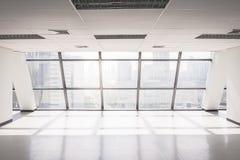 Tomt kontorsutrymme med det stora fönstret royaltyfri bild