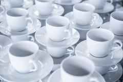 Tomt koppar kaffe eller te som är klara att bryta för gästerna på händelser eller konferenser arkivfoton