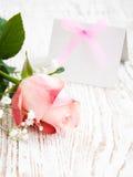 Tomt kort för din meddelande- och rosa färgro Arkivbild