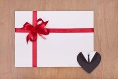 Tomt kort med röd band- och manlighjärta Arkivbild