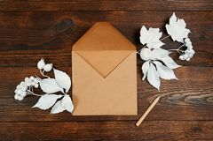 Tomt kraft ark av papper med den lekmanna- modellen för pensillägenhet för ditt utrymme för konst-, bild- eller handbokstäversamm royaltyfri bild