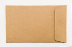 Tomt kuvert för brunt papper som isoleras på vit bakgrund Arkivbilder