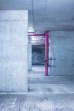 Tomt lagerrum med betongväggar och golvet arkivfoto