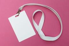 Tomt legitimationkort/emblem med det vita b?ltet ?ver rosa bakgrund Utrymme f?r text fotografering för bildbyråer