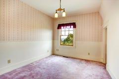 Tomt litet rum i gammalt hus Arkivfoton