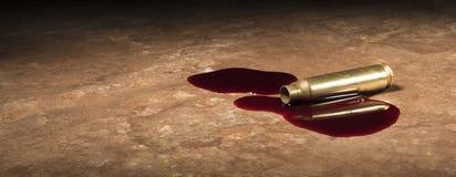Tomt mässingsskott från ett gevär med blod Royaltyfri Fotografi