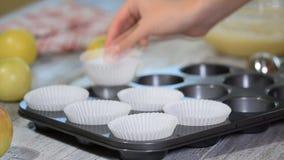 Tomt papper bildar för muffin och muffin i ett metallmagasin arkivfilmer