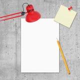 Tomt papper, blyertspenna, tomt anmärkningspapper och tabell Fotografering för Bildbyråer