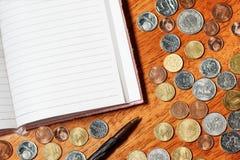 Tomt papper med blyertspennan och mynt royaltyfria foton
