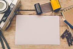 Tomt papper med fotofilmen i kassett- och filmkamera fotografering för bildbyråer