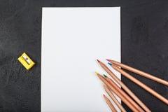 Tomt papper och bästa sikt för färgrika blyertspennor från över royaltyfri bild
