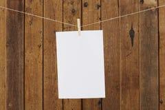 Tomt pappers- hänga i klädnypor på tvagninglinje Arkivbild