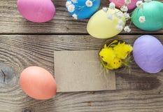 Tomt pappers- kort med påskägg, dekorativa hönor och flowe Arkivbild