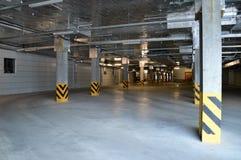 Tomt parkeringsområde av byggnad Arkivfoton