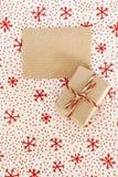 Tomt pergamenthantverk och gåva på jultextilbakgrund Royaltyfri Bild