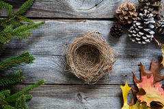 Tomt rede på gammalt trä för symboler av den hemtrevliga vintern Royaltyfria Bilder