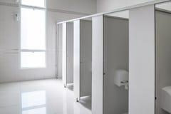Tomt rent rum för offentlig toalett för män, inredesign Royaltyfri Fotografi