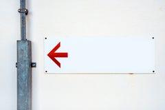 Tomt riktningstecken med den röda pilen Fotografering för Bildbyråer