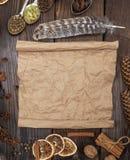 Tomt rullande brunt pappers- ark på en träbakgrund royaltyfria bilder