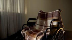 Tomt rullstolanseende i mitt av rum, rehabilitering för rörelsehindrat folk arkivbilder