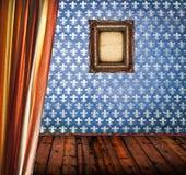 Tomt rum för Grunge med den blåa damast väggen och tom ram royaltyfria foton