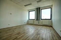 Tomt rum med fönsterpar Fotografering för Bildbyråer