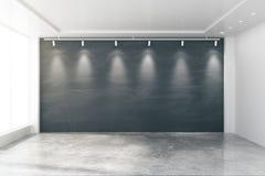 Tomt rum med stora fönster, den tomma svart tavla, lampor och concret vektor illustrationer