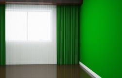 Tomt rum renoveras nyligen I rummet finns det gardiner och rullgardiner, socklar, tapeten och tegelplattan Royaltyfri Fotografi