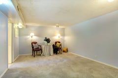 Tomt rum som dekoreras med den antikvitetstolar och tabellen Royaltyfria Bilder