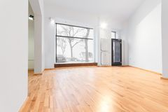 Tomt rum som renoveras nyligen - lagra/shoppa med trägolvet och Arkivfoton