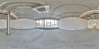 Tomt rum utan reparation full sömlös sfärisk hdripanorama 360 grader i inre av den vita vinden arkivfoto