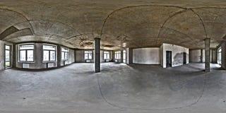 Tomt rum utan reparation full s?ml?s sf?risk hdripanorama 360 grader i inre av det vita vindrumkontoret med panorama- arkivbild