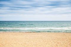 tomt sandigt för strand Medelhavkust royaltyfri fotografi