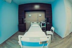 Tomt sjukhusrum för en klient arkivbild