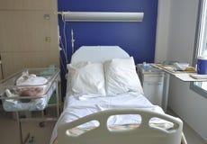 Tomt sjukhussäng och nyfött behandla som ett barn nära sängen royaltyfri bild