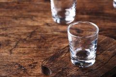Tomt skjutit exponeringsglas för vodka, tequilaen eller utopier, kopieringsutrymme, selektiv fokus arkivfoton