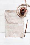 Tomt skrynkla arket av papper, inkpoten, pennan och repet fotografering för bildbyråer